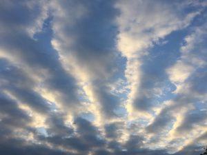 Wolkenstraßen wie Sonnenstrahlen in mehrere Himmelsrichtungen gleichzeitig geweht (c) Foto: Steffen Bürger (17.06.2017)